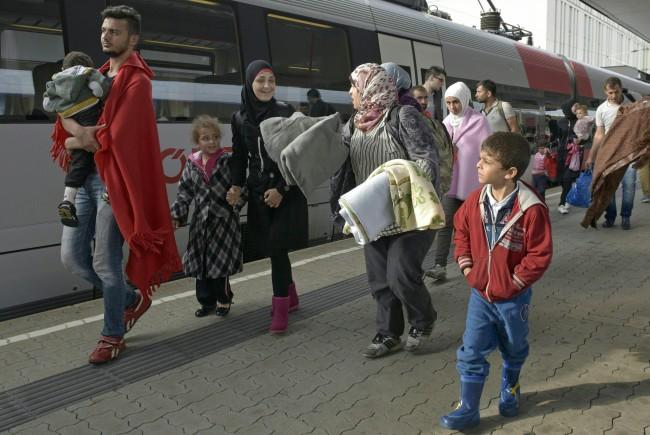 Bis zu 3.000 Flüchtlinge kamen in Österreich an: Zug in Wien erwartet