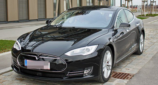 VIENNA.at auf Probefahrt mit dem Tesla S von Blitzzcar.