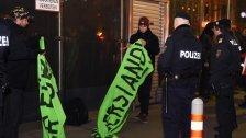 Demo und viel Polizei vor der Wiener Staatsoper