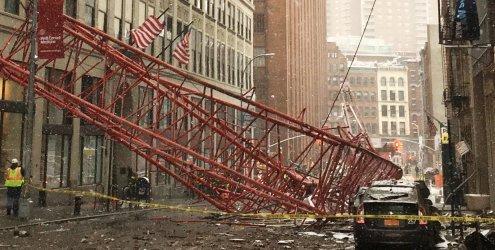 New York: Kran stürzt auf Straße - ein Toter und mehrere Verletzte