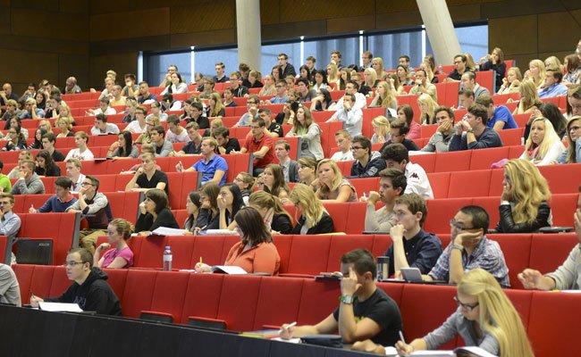 Immer mehr Studenten beginnen ihr Studium verzögert.