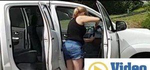 Frau wäscht Autoinnenraum mit Hochdruckreiniger