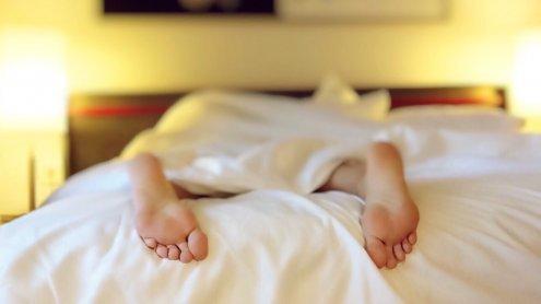 """Umfrage: Spielkonsole & Socken sind """"No Go"""" im Schlafzimmer"""
