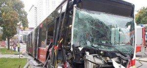 Linienbus prallte in der City gegen Laternen: Lenker erlitt Kreislaufkollaps