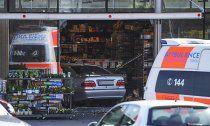 Tirol: Auto-Lenker krachte durch Supermarkt-Fassade
