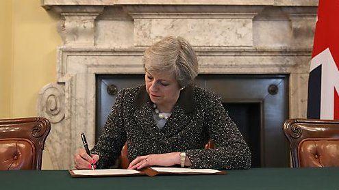 """""""Scheidung"""" eingereicht: May unterzeichnet Brexit-Antrag"""