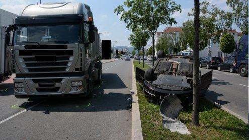 Auto blieb nach Unfall auf Dach liegen: Zwei Personen verletzt