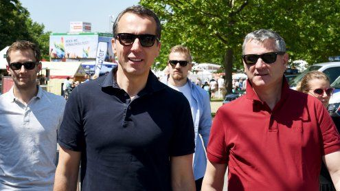Bundeskanzler Kern in T-Shirt, Jeans und Turnschuhen beim DIF