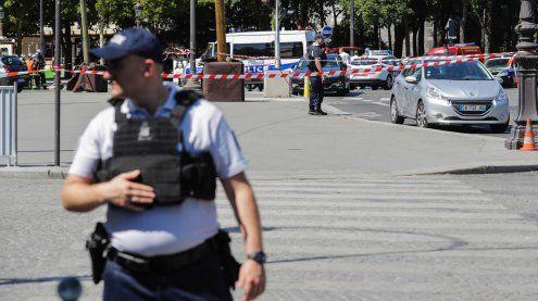 Pkw rammt Polizeiwagen auf Champs-Elysses und detoniert