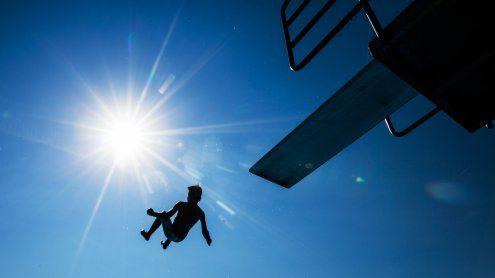 Vom Sprungturm auf Beckenrand gestürzt: 14-Jähriger verletzt