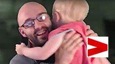 Baby-Tochter erschreckt Gamer-Dad beim Zocken