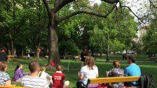 Gemeinsames Meditieren im Arenbergpark in Wien