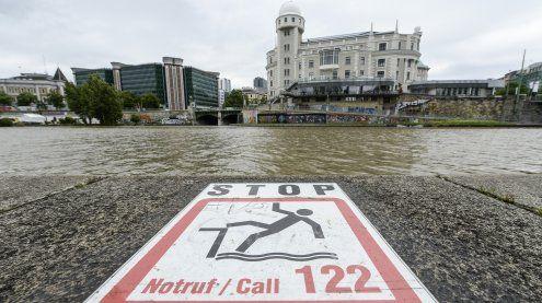 Frau stürzt in Donaukanal: Auch Helfer schafften es nicht ans Ufer