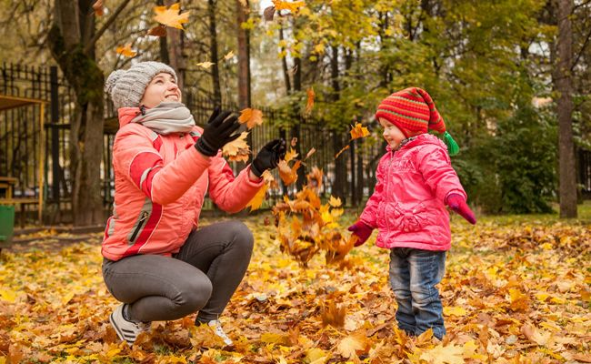 Wir haben für euch die besten Herbstaktivitäten mit Kindern aufgelistet.