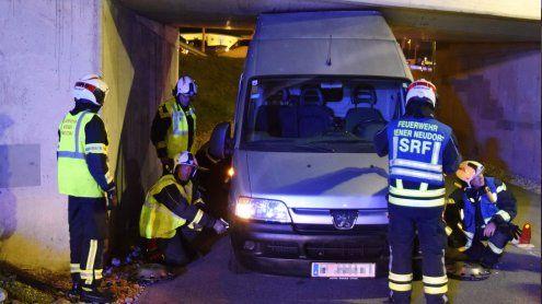 """Auto steckte am SCS-Ring fest: Mit Feuerwehrleuten """"beladen"""""""