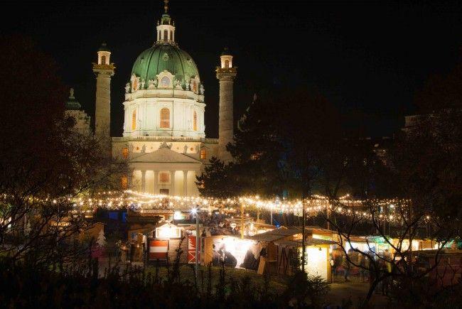 Sehr beliebt ist etwa der Weihnachtsmarkt vor der Karlskirche