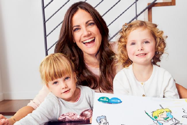 Bettina Zimmermann stellt ihr Buch Kindern vor.