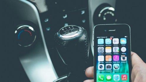 Telefonieren beim Autofahren: Jeder Vierte hat Handy am Ohr