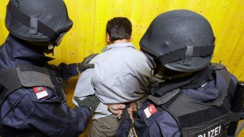 Frau in Wien rief Polizei zu Hilfe: WEGA hebt Drogen-Wohnung aus