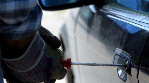 25-Jähriger beobachtet Auto-einbruch: Mit Messer bedroht